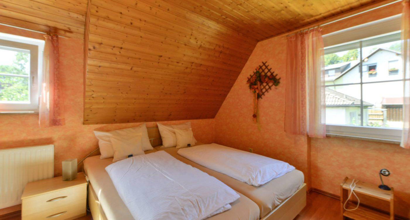 Schades Wohlfühlhotel Ferienwohnung Schlafzimmer Dachgeschoss